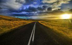 Асфальтовая дорога в полях.
