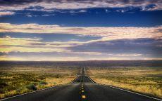 Прямая асфальтовая дорога в поле.