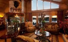 Стильный, деревяный охотничий дом с мягкой мебелью