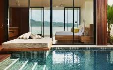 Спальня с бассейном на вилле с видом на море
