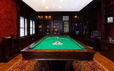 Бильярдная комната темно-коричневого света с бильярдным столом