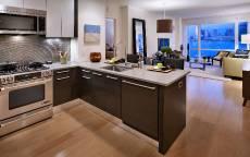 Кухня совместимая с гостинной, широкие окна, современная мебель