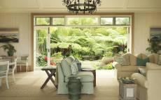 Светлая комната, широкая дверь - окно, мягкая мебель, картины