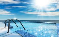 Бассейн под открытым небом, прозрачная вода, голубая мозаика