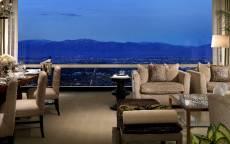 Комната отдыха с видом на вечерний город и горы