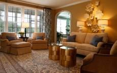 Уютная комната с мягкой мебелью и ковром на полу