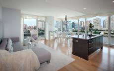 Просторный обеденный зал, обеденный стол, мойка, мягкая мебель