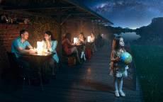 Девочка с глобусом в кафе смотрит в ночное небо