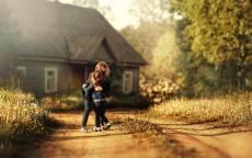 Осень, деревянный дом, улица, дети обнимаются, сестры