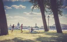 Питер лето, дети играют на лужайке