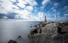 Сейшелы, маяк, каменистый берег, море, небо, облака
