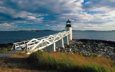 Белая пристань, маяк, каменистый берег, море, синее небо