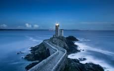 Вечер, синее море, маяк, волны