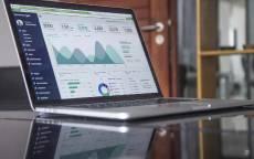 Ноутбук с биржевым графиком