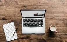 Ноутбук, блокнот, чашка с кофе