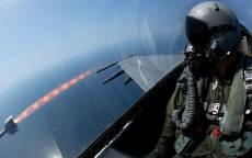Летчик в истребителе, запуск ракеты