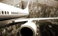 Большой город под крылом самолета