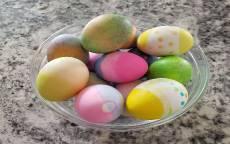 Пасхальные яйца в стеклянной миске