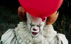Страшный клоуин из канализации с красным воздушным шариком