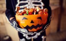Костюм скелета и вкусные конфеты на Хеллоуин Праздник