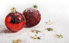 Два красных новогодних шара