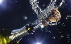 Выстрел пробки из бутылки шампанского