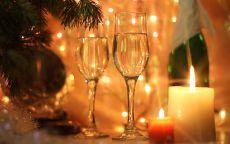 Бокалы шампанского в новогоднюю ночь