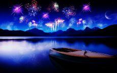 Новогодний салют в небе над большой рекой