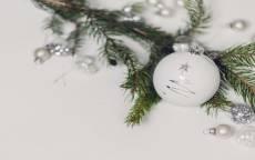открытка, поздравление, новый год, елочная игрушка, белый шар, елочная ветка, белый фон