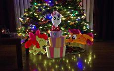 Мультяшные герои у новогодней елки