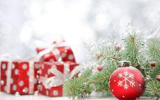 подарки и шар со снежинкой