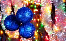 три новогодних синих шара