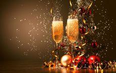 бокалы с шампанским и золотой серпантин