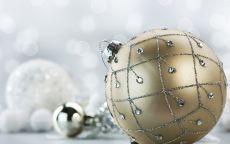 золотой новогодний стеклянный шар