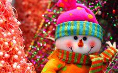 игрушка снеговик в розовой шапке