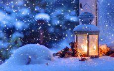 Фонарик в новогоднюю ночь на снегу