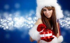 Снегурочка в шапке ушанке дарит подарок
