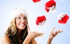 Снегурочка жонглирует подарками