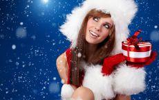Снегурочка улыбается и держит подарок