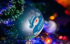 открытка новогодняя, новый год, новогодняя елка, елочные игрушки, поздравление, снеговик
