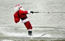 Санта Клаус катается на водных лыжах