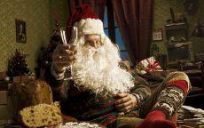 Санта Клаус поднимает бокал и произносит поздравительный тост