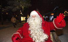 Веселый Санта Клаус поздравляет с Новым годом