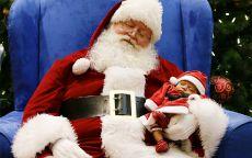 Спящий Санта клаус и маленький ребенок