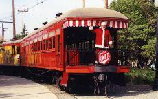 Санта Клаус катается на поезде