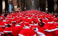 Большая толпа Санта Клаусов