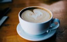 Пенка в виде сердца в кофе