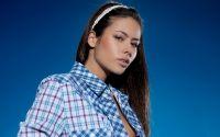 Девушка в клетчатой рубашке