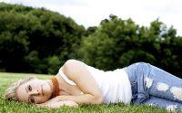 Блондинка лежит на траве