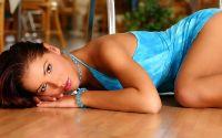 Девушка в голубом платье лежит на полу